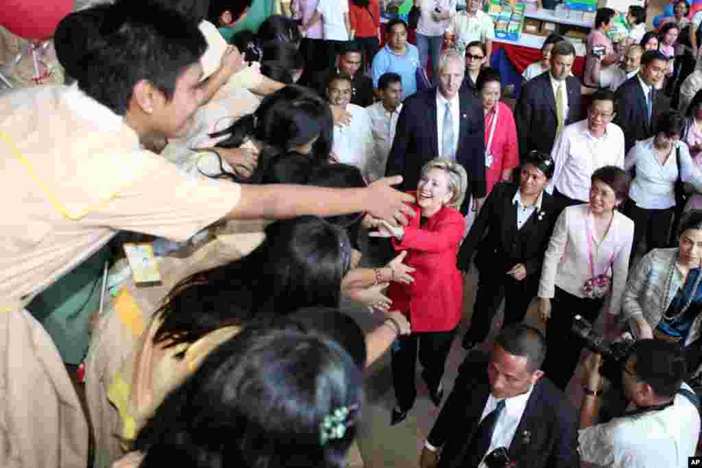 Hillary Clinton greets students upon arrival at the flood-stricken Malanday National High School at Marikina city, Philippines, November 12, 2009.