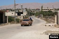 Các phần tử nổi dậy điều khiển phương tiện ở Jubata al-Khashab, Quneitra, Syria, ngày 11 tháng 9 năm 2016.