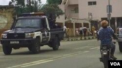 Motoqueiro e carro da polícia