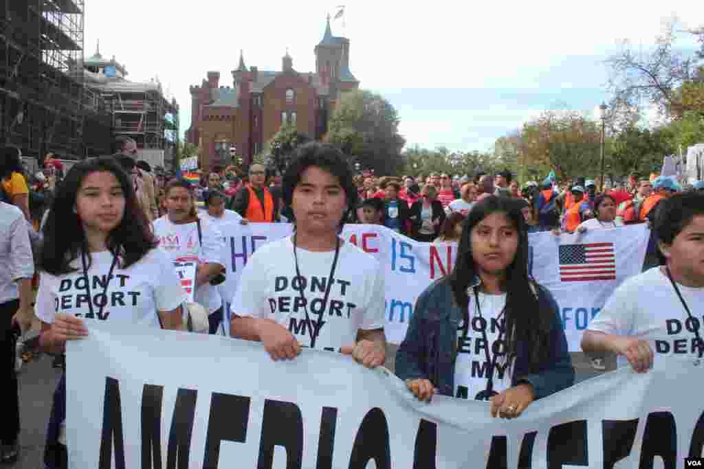 Un grupo de niños encabezaron la marcha por la dignidad y el respeto de los inmigrantes en Washington, el martes 8 de octubre.