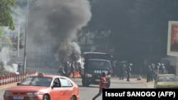 Maandamano mjini Abidjan dhidi ya muhula wa tatu anaotaka Rais Alassane Ouattara. Polisi yawatawanya waandamanaji.