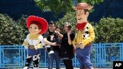 Wasu yara da iyayensu a daya daga cikin filayen Disneyland