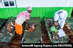 Anak-anak yang sakit dirawat oleh petugas kesehatan di sebuah rumah sakit di Agats, Kabupaten Asmat, 22 Januari 2018. (Foto: Antara/M Agung Rajasa via REUTERS)