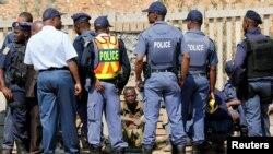 Un mineur suspecté illégal est interrogé par la police après être sorti de la mine de Langlaagte, en Afrique du sud, le 12 septembre 2016.