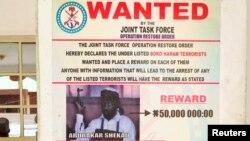 Une affiche dans les environs de Maiduguri dans l'Etat de Borno au Nigeria, le 13 mai 2013, appelant à la capture du chef de Boko Haram.