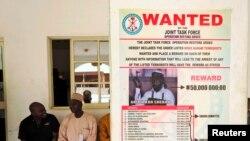 Áp phích truy tìm thủ lĩnh nhóm Boko Haram Abubakar Shekau tại làng Baga ở ngoại ô Maiduguri, Nigeria.