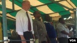 UDokotela Obadiah Moyo, umphathintambo wezempilakahle, loMnu. Thomas Hastings, umsekeli womele eleMelika eZimbabwe, bananza usuku lweWorld AIDS Day eMasvingo.