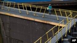 Seorang pekerja berjalan melewati proyek ekspansi Panama Kanal di Panama City, Sabtu (25/6).
