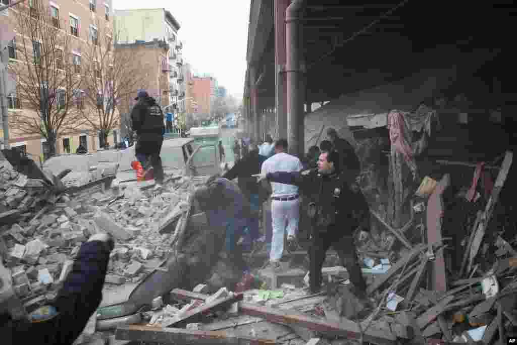 A polícia no local em que se deu a explosão que causou o colapso de dois prédios em Harlem, Nova Iorque, Março 12, 2014.