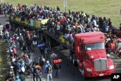 Caminado o en camiones miles de migrantes centroamericanos avanzan en su ruta hacia EE.UU.