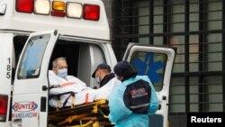 Ekipe hitne pomoći prebacuju pacijenta u Kvinsu, u Njujorku (Foto: Rojters/Lucas Jackson )