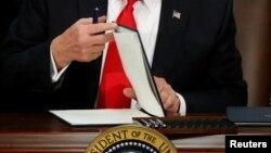 جمعه شب کاخ سفید اعلام کرد رئیس جمهوری قصدی برای وتوی این مصوبه ندارد.