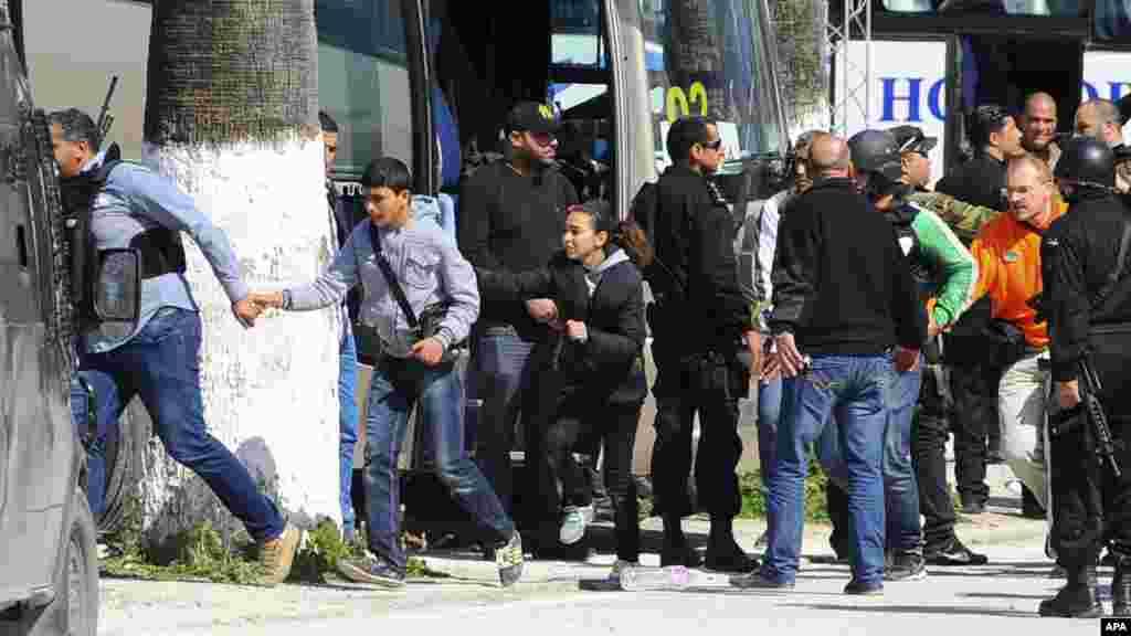 Des touristes et des visiteurs du musée national du Bardo sont évacués à Tunis, mercredi 18 mars, 2015 à Tunis, Tunisie. Des hommes armés ont ouvert le feu dans un musée de premier plan dans la capitale de la Tunisie, tuant 19 personnes, dont 17 touristes.