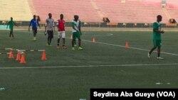 Ateliers physiques des joueurs du Casa-Sport au Stade Demba Diop, à Dakar, le 13 juin 2017. (VOA/Seydina Aba Gueye)
