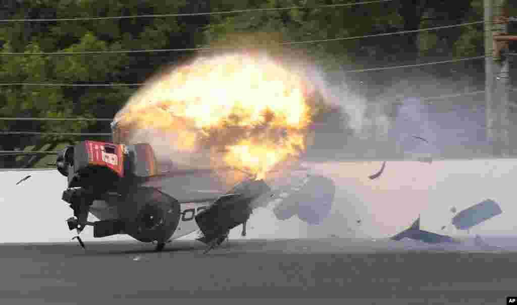 រថយន្តដែលបើកដោយកីឡាករ Sebastien Bourdais របស់បារាំង ឆេះនៅក្នុងតង់ទី២ ក្នុងពីប្រកួតរថយន្ត Indianapolis 500 IndyCar នៅទីលាន Indianapolis Motor Speedway ក្នុងក្រុង Indianapolis រដ្ឋ Indiana សហរដ្ឋអាមេរិក កាលពីថ្ងៃទី២០ ខែឧសភា ឆ្នាំ២០១៧។