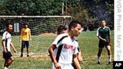 难民孩子通过足球赛建立友谊