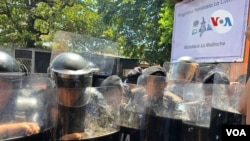 La policía mantuvo retenidas a las mujeres,por al menos dos horas, dentro de las instalaciones privadas para impedir cualquier protesta en la vía pública. (Foto Daliana Ocaña)