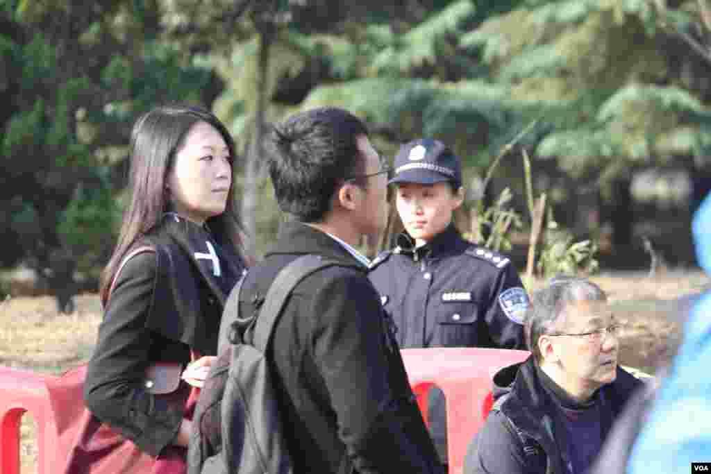 媒体拍摄采访区的记者们。