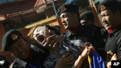 ຕໍາຫລວດເນປາລກໍາລັງຈັບກຸມຊາວທິເບດທີ່ປະທ້ວງຢູ່ຕໍ່ໜ້າຕຶກອົງການ ສະຫະປະຊາຊາດ ທີ່ເມືອງ Katmandu ປະເທດເນປາລ
