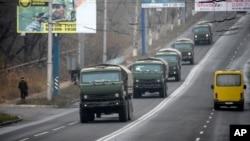 Xe quân sự không ký hiệu đi trên đường bên ngoài thị trấn Makiivka do phe ly khai kiểm soát, cách Donetsk 25 km ở miền đông Ukraine, ngày 8 tháng 11, 2014.
