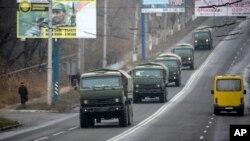 國籍不明的軍車車隊出現在烏克蘭東部頓涅茨克市外