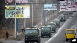 Konvoi kendaraan militer di luar kota yang dikuasai oleh separatis Makiivka, 25 km dari Donetsk, Ukraina Timur, 8 November 2014