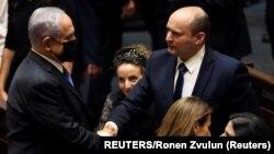 Rukovanje lidera opozicije Benjamin Netanjahu (L) i premijera Naftali Beneta (D) nakon glasanja u parlamentu (REUTERS/Ronen Zvulun)
