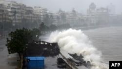 سمندری طوفان ''تاؤتے'' بھارت کی ریاست گجرات کے ساحلی علاقوں سے ٹکرا گیا ہے۔