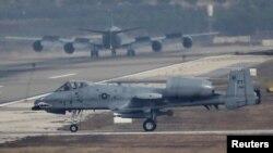 Phi cơ tấn công mặt đất A-10 của Mỹ. Bộ trưởng Quốc phòng Mỹ cho biết 5 phi cơ tấn công mặt đất A-10, 3 trực thăng H-60G và một phi cơ phục vụ biệt kích MC-130H sẽ được để lại ở Căn cứ Không quân Clark ở phía bắc Manila, Philippines.
