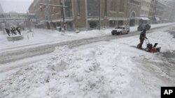 Một công nhân đang dọn tuyết trong thành phố Indianapolis, tiểu bang Indiana của Hoa Kỳ