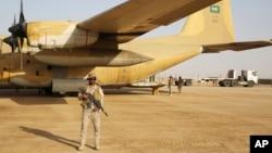 Seorang tentara Saudi berjaga di depan pesawat pembawa bantuan di sebuah pangkalan udara di Marib, Yaman, 1 Februari 2018.