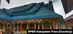 Kerusakan pada bagian atap Puskesmas desa Meko akibat terjangan angin puting beliung. Sabtu, (17/4/2021). (Foto: Courtesy/BPBD Kabupaten Poso)