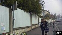 Цветы около еврейской школы на месте терракта в Тулузе