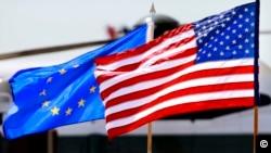 Bendera AS dan Uni Eropa di Bandara Internasional Dulles di Chantilly, VA, 3 Juli 2012. (Foto: Jacquelyn Martin/AP)