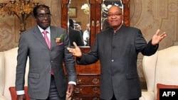 Jacob Zuma presidente da Africa do Sul, fotografado, no ano passado, com Robert Mugabe, do Zimbabwe (Arquivo)
