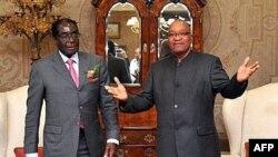 Jacob Zuma presidente da Africa do Sul, fotografado, no ano passado, com Robert Mugabe, do Zimbabwe, pondera responder a deliberações desfavoráveis do Tribunl Constitucional através da reforma constitucional