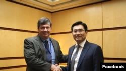 Сотрудник Госдепартамента Марк Ламберт (слева) на встрече с северокорейским чиновником, курирующим вопросы ядерной сферы, Чжоном Йонду. 2018г.