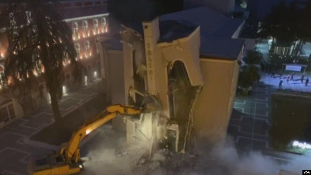 Tiranë: Bashkia shembi Teatrin Kombëtar në orët e para të mëngjesit