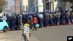 La police anti-émeute déployée dans une rue à Harare, le 24 août 2018.