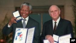 Nelson Mandela na F.W. de Klerk bakira igihembo Nobel cy'amahoro tariki ya 10/12/1993 mu mujyi wa Oslo muri Norvege