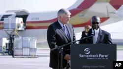 Đại sứ Liberia tại Hoa Kỳ Jeremiah Sulunteh phát biểu tại một cuộc họp báo ở sân bay quốc tế Charlotte Douglas ở Charlotte, N.C.