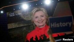 Bà Hillary Clinton phát biểu tại Đại hội toàn quốc của Đảng Dân chủ ở Philadelphia qua video trực tiếp từ New York, 26/7/2016.