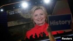 Capres Partai Demokrat Hillary Clinton berbicara kepada Konvensi Nasional Partai Demokrat melalui siaran video Selasa (26/7).