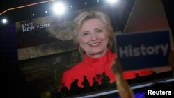 ຜູ້ທີ່ຖືກສະເໜີຊື່ ຂອງພັກເດໂມແຄຣັດ ທ່ານນາງ Hillary Clinton ຖະແຫຼງ ຕໍ່ກອງປະຊຸມໃຫຍ່ແຫ່ງຊາດ ພັກເດໂມແຄຣັດ ໂດຍທາງວີດີໂອ ຈາກນະຄອນ ນິວຢອກ. (26 ກໍລະກົດ 2016)