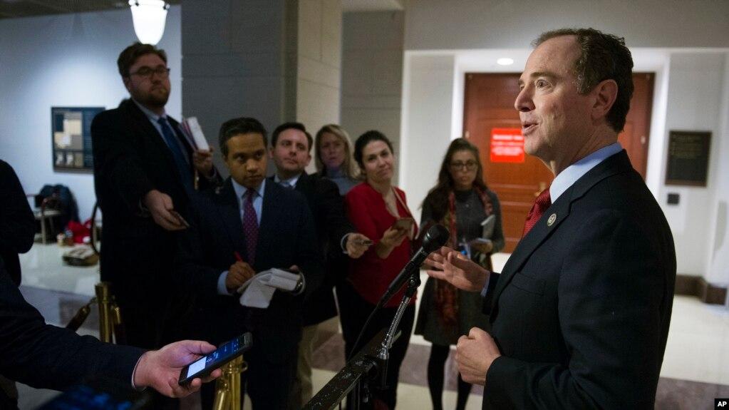 Dân biểu Adam Schiff của đảng Dân chủ, thành viên Ủy ban Tình báo Hạ viện, trả lời báo chí hồi đầu năm nay tại Điện Capitol về cuộc điều tra sự can thiệp của Nga trong cuộc bầu cử Mỹ 2016.