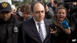 Monzer Akbik, juru bicara koalisi oposisi Suriah berbicara kepada media di Jenewa, Swiss hari Minggu (26/1).