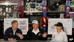 2017年8月29日,美国总统川普和夫人在德克萨斯州科珀斯克里斯蒂市(Corpus Christi)听取当地官员有关哈维飓风救援工作的通报。川普左侧坐着德州州长格雷格·阿伯特。
