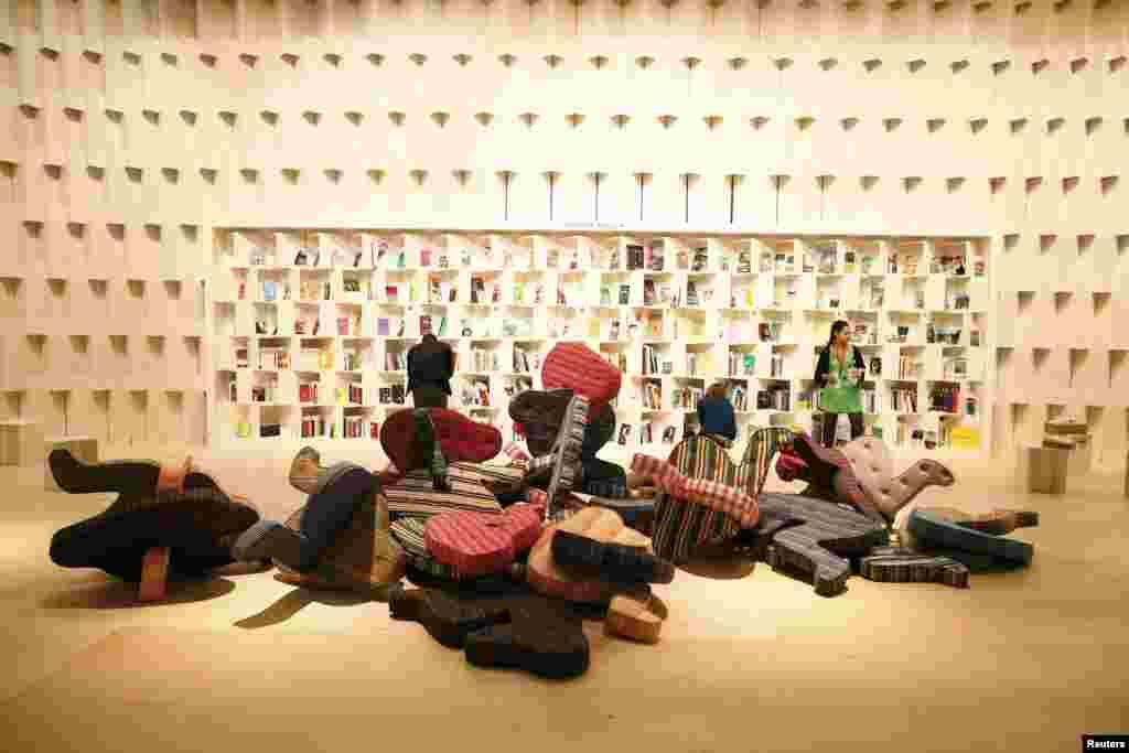 Gian hàng của Brazil trong cho hội chợ sách sắp mở cửa tại Frankfurt, Đức.