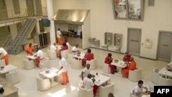改造前的美国移民局拘留中心餐厅