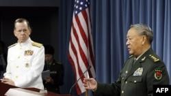 Tướng Trần Bỉnh Đức, Tham mưu trưởng Quân đội Giải phóng Nhân dân Trung Quốc (phải), và Đô đốc Mike Mullen, Chủ tịch ban tham mưu liên quân Hoa Kỳ (trái) trong cuộc họp báo tại Ngũ Giác Ðài, ngày 18/5/2011